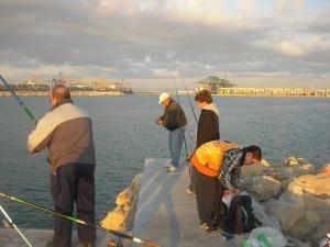 Pescadores en el Dique Este del Puerto